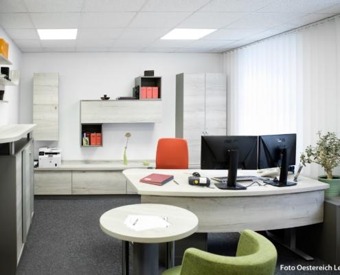 Büromöbel für Empfangsraum / Beratungsraum in gekälkter Wildeiche grau