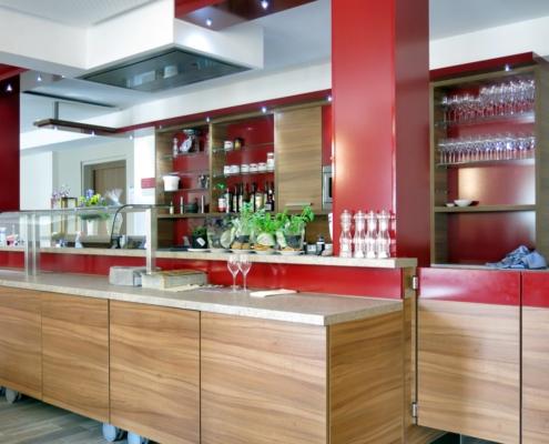 Bar / Tresen für Hotel, Kombination Nussbaum - bordeauxrot