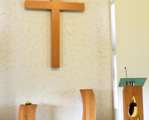 Sakrales Ensemble mit Kreuz und Lesepult