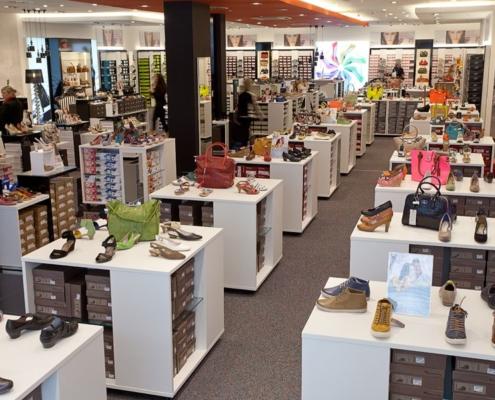 Regale zur Warenpräsentation für Schuhgeschäft
