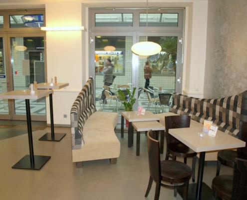 Sitzmöbel, Tische und Stühle im Café