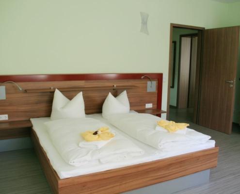 Möblierung für Hotelzimmer, Kombination Nussbaum - bordeauxrot