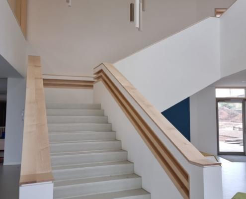 Treppengeländer und Brüstungsabdeckung in massiv Ahorn